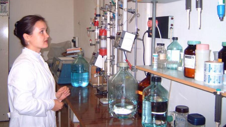 В биохимической лаборатории Сибирского НИИ сыроделия.