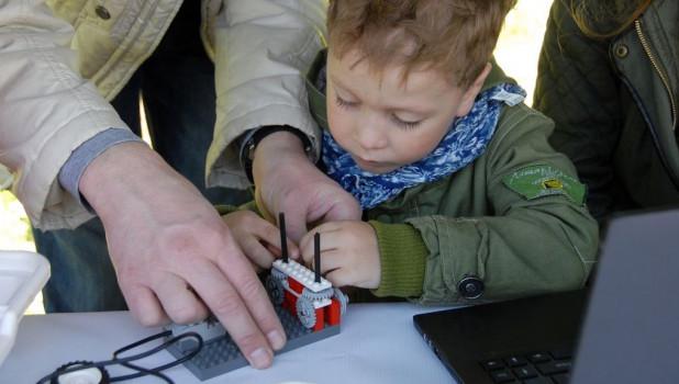 В барнаульском парке дети собирали роботов.