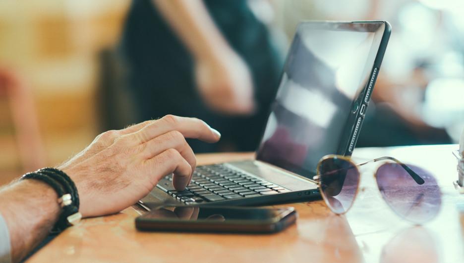 Ноутбук, соцсети, Интернет.