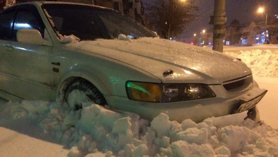 Автомобиль в снегу в Барнауле.