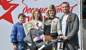 """Участники """"Бессмертного полка"""" в Барнауле. 9 мая 2016 года."""