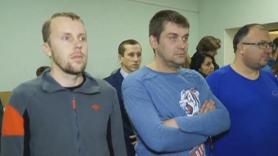 Денис Сучков (слева) во время оглашения приговора.