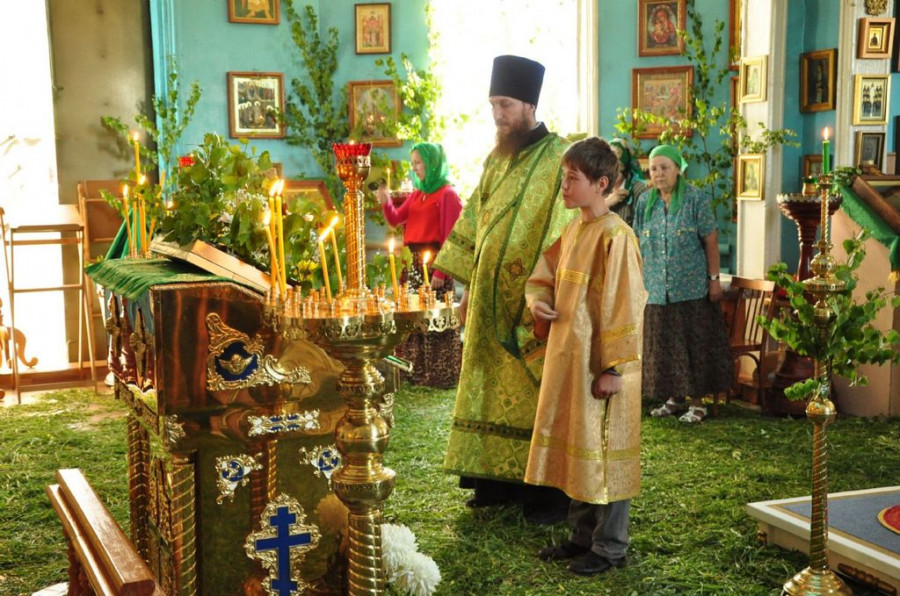 В храмах Барнаула встретили праздник Троицы