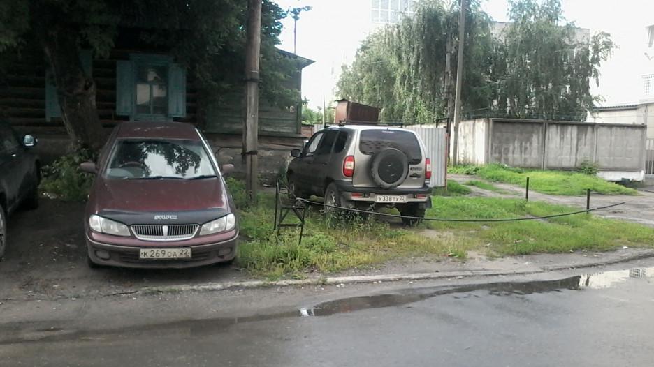 Как в Барануле паркуют автомобили возле отдела полиции на улице Интернациональной. 18 июля 2017 года.