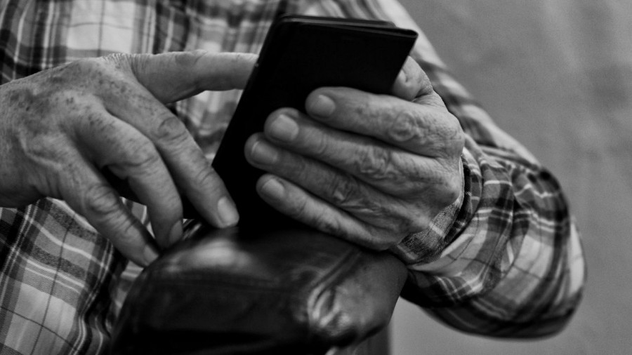 Пенсионер с телефоном.