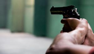 Оружие, пистолет.