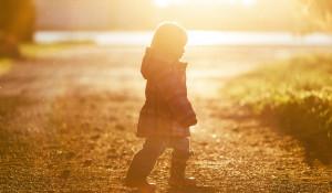 Осень. Ребенок гуляет.