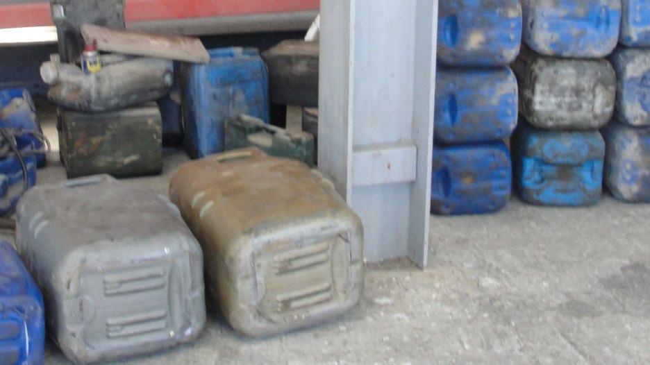 Контрабандист спрятал товар в канистры.