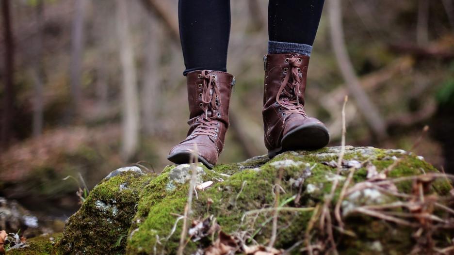 Мужчина в лесу. Ботинки.