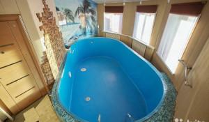 В Барнауле продают коттедж с двумя бассейнами.