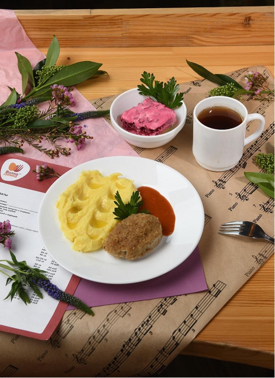 Здесь можно отлично поужинать после работы: взять сельдь под шубой и продолжить «Домашней» котлетой с картофельным пюре
