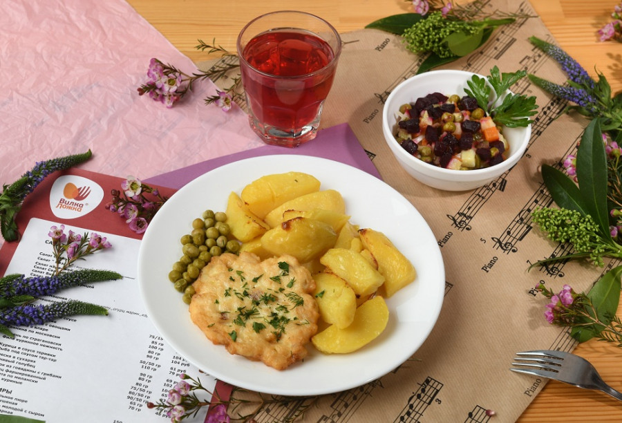 За 99 рублей гостям предлагают два варианта блюд на ужин: салат, второе блюдо с гарниром и чай, предложения меняются, и есть возможность выбирать.