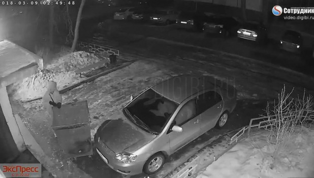 Пьяный бийчанин забаррикадировал чужой автомобиль мусорным баком.