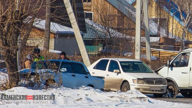В алтайском городе столкнулись три автомобиля, один из них отлетел в дерево.