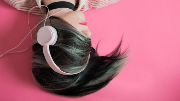 Девушка слушает радио.