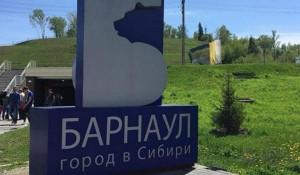 Стела с изображением туристской эмблемы у Нагорного парка.